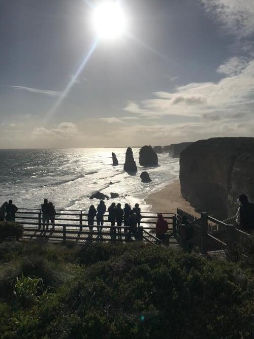 12 Apóstoles en Australia con personas en mirador
