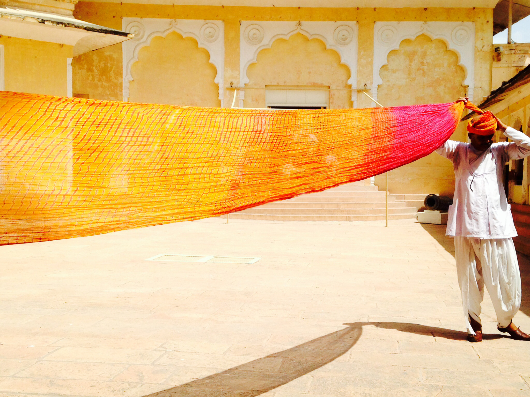 Hombre arreglando su turbante en Jodhpur