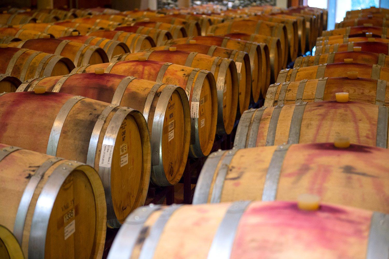 Barricas de vinos en la bodega de Viña Matetic