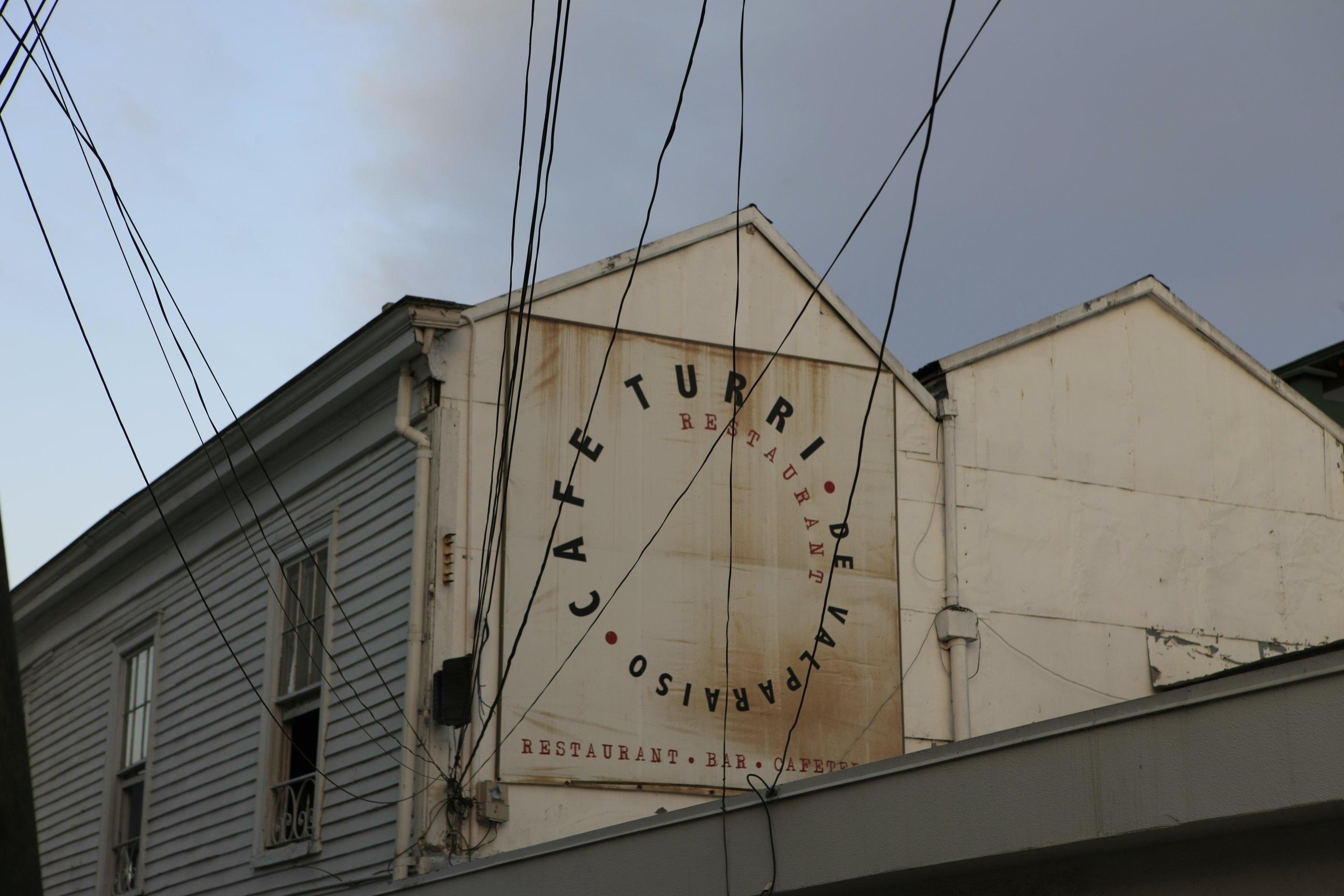 Edificio del Café Turri en Valparaíso con nombre y logo