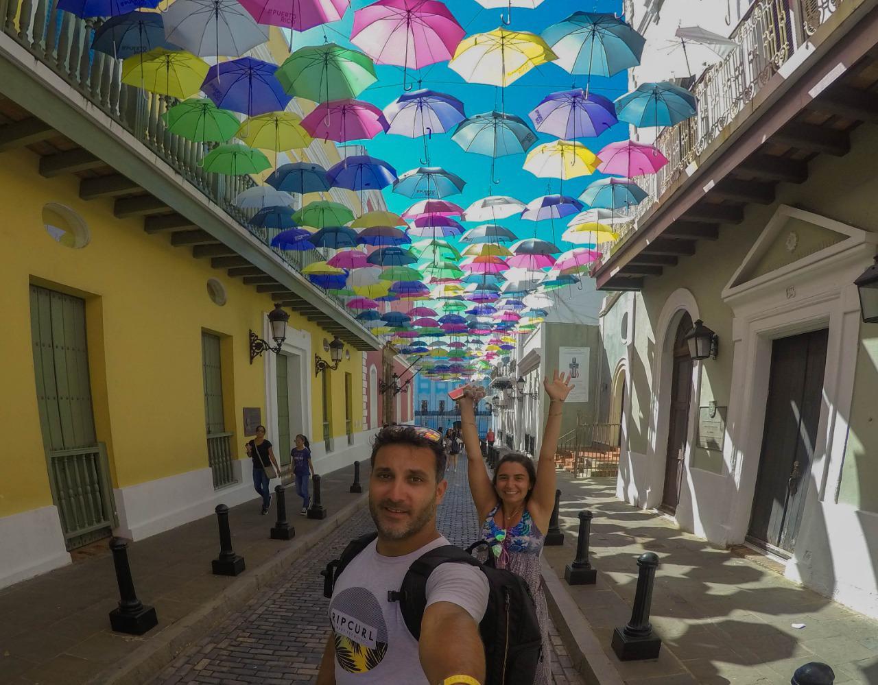 Dos personas tomando una selfie en Calle Los Paraguas en San Juan de Puerto Rico