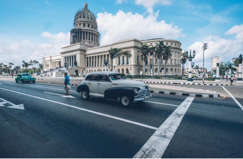 Capitolio Nacional de Cuba con un auto elegante en la calle