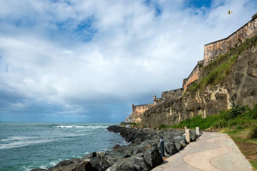 Caminata por los muros del Castillo San Felipe del Morro en San Juan de Puerto Rico