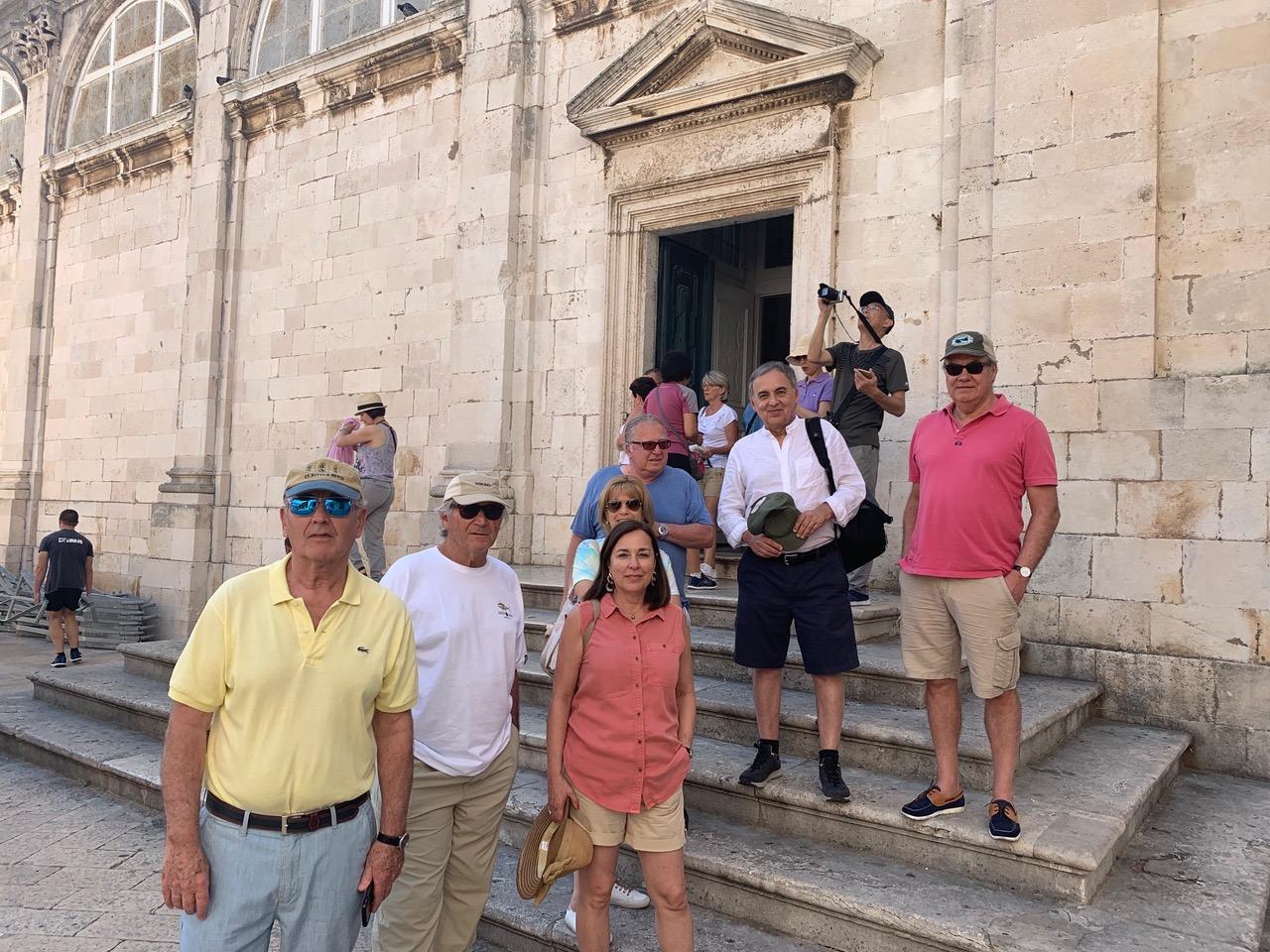 Viaje en grupo frente a la catedral de Dubrovnik