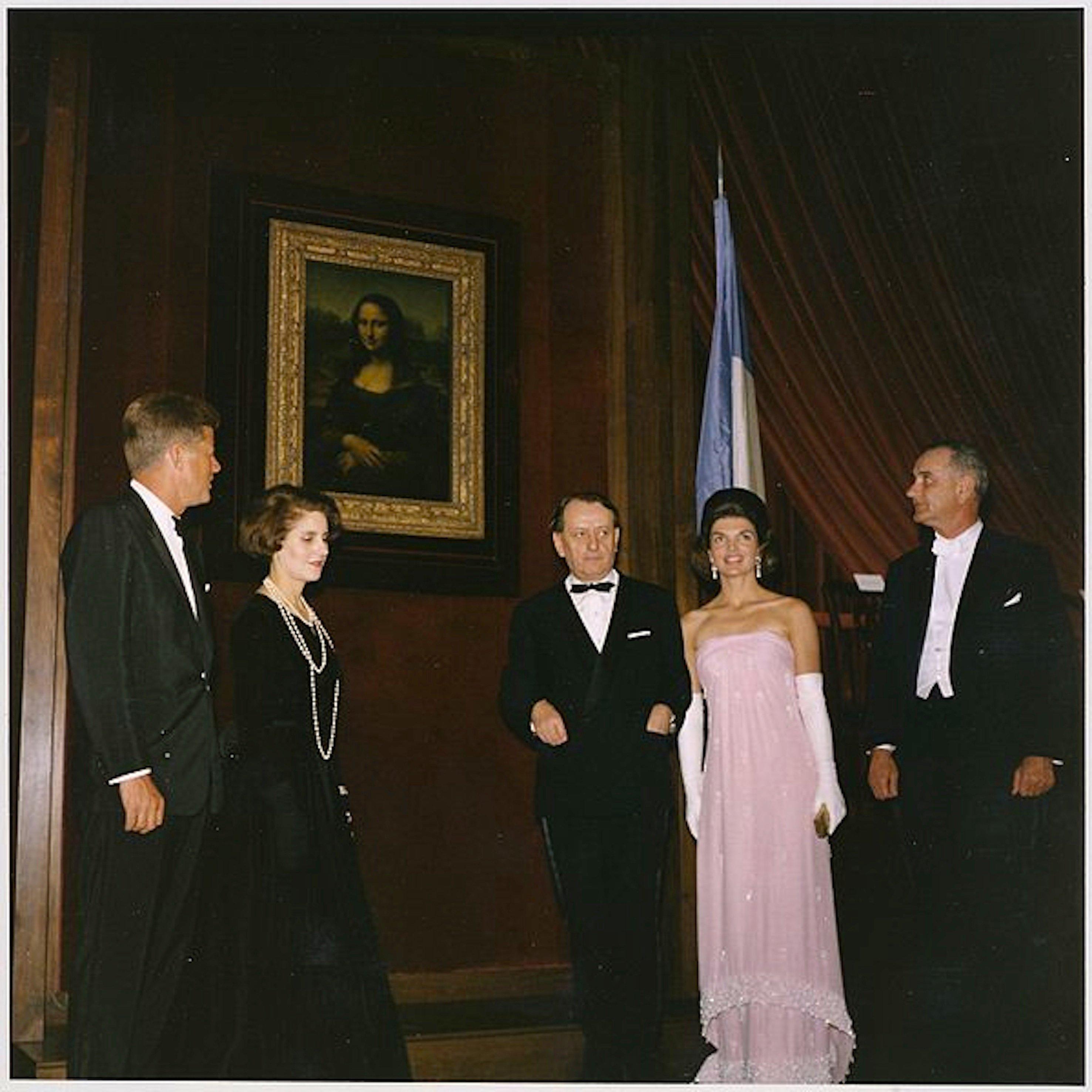 Jackie y J. F. Kennedy con el ministro de Cultura de Francia, André Malraux. Foto: Christies