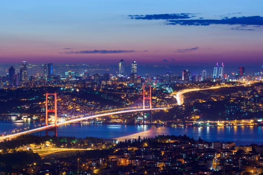 Estrecho del Bósforo de noche en Estambul, Turquía
