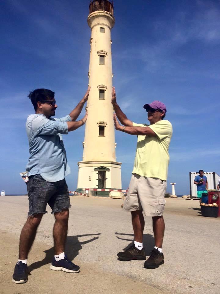 Par de hombres en Faro de California en Aruba