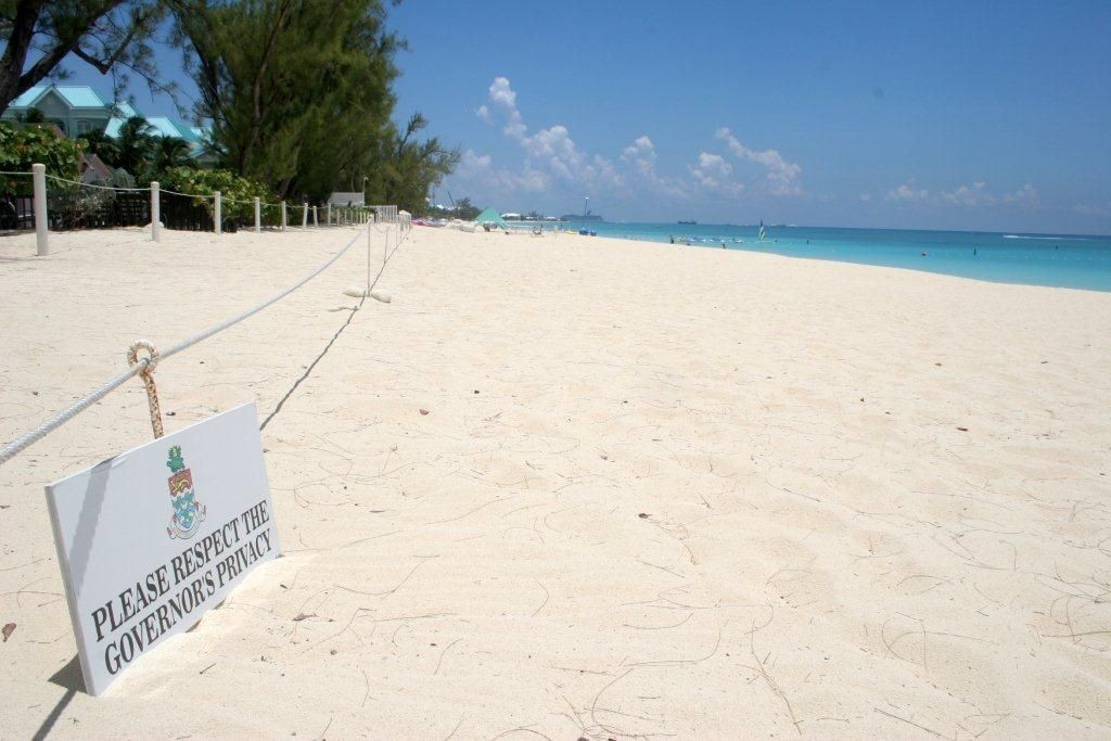 Playa Governor's Beach sin gente en Islas Caimán