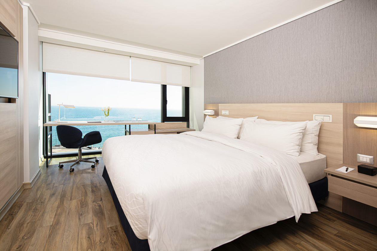 Habitación del Hotel Pullman Viña del Mar con el mar de fondo