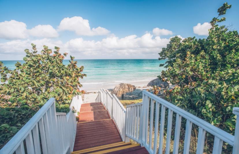 Escaleras y mar en el hotel Iberostar Cayo Ensenachos en Cuba