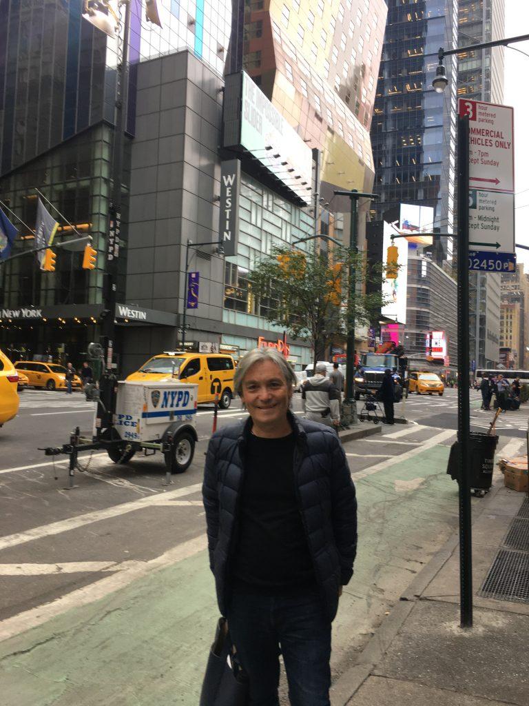 Manuel Santelices posando en Nueva York