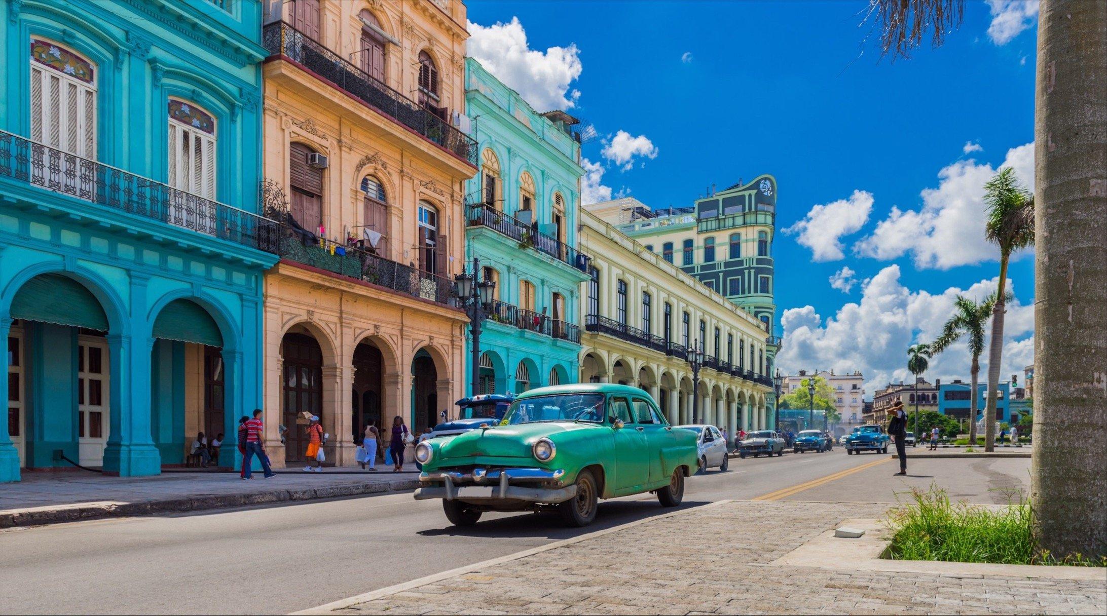 La Habana Vieja en Cuba con un auto de época en la calle