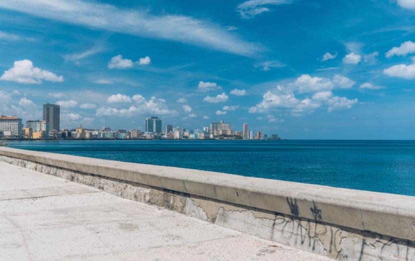 Malecón de La Habana en Cuba con edificios de fondo