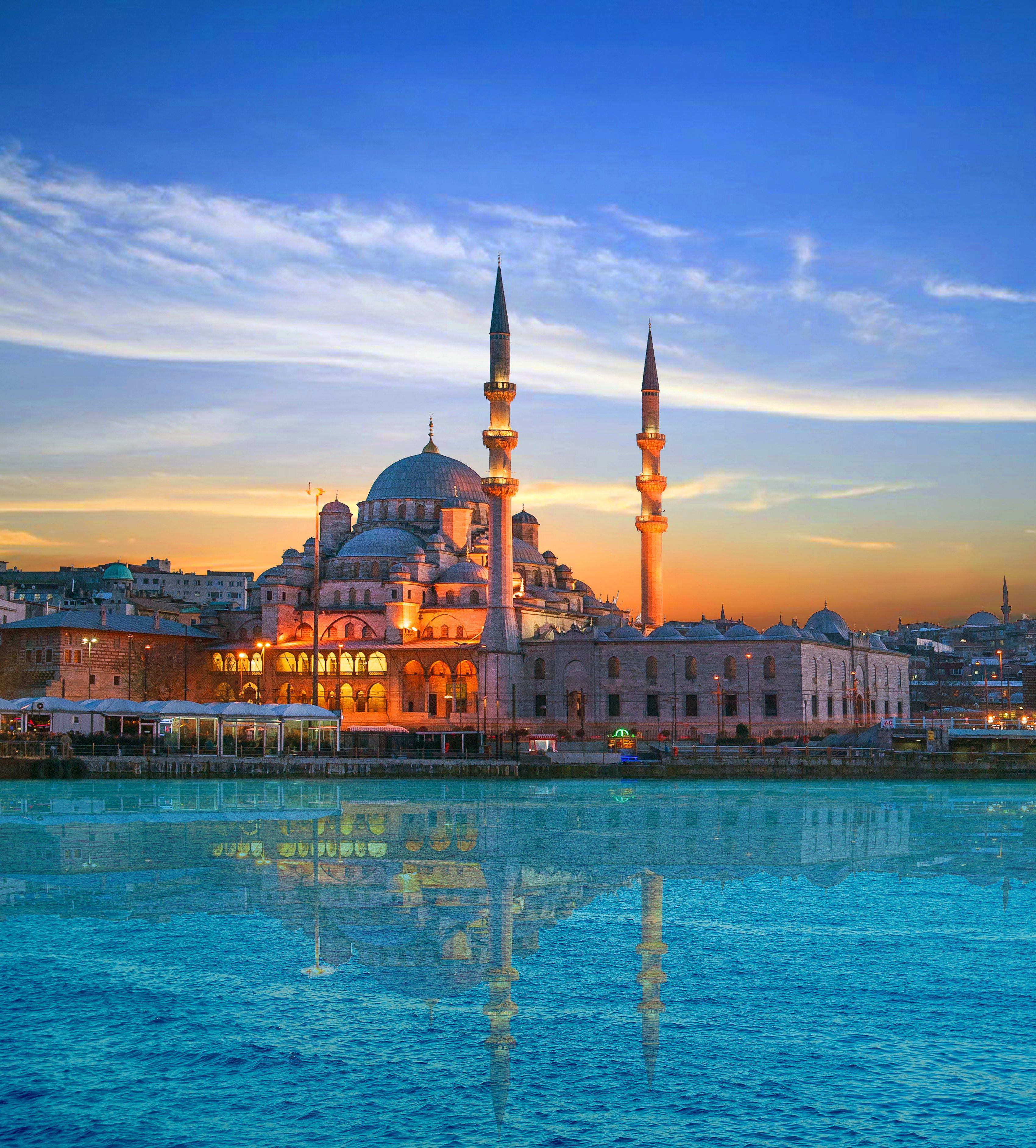 Mezquita Nueva al sur del Puente de Gálata, en Estambul, Turquía