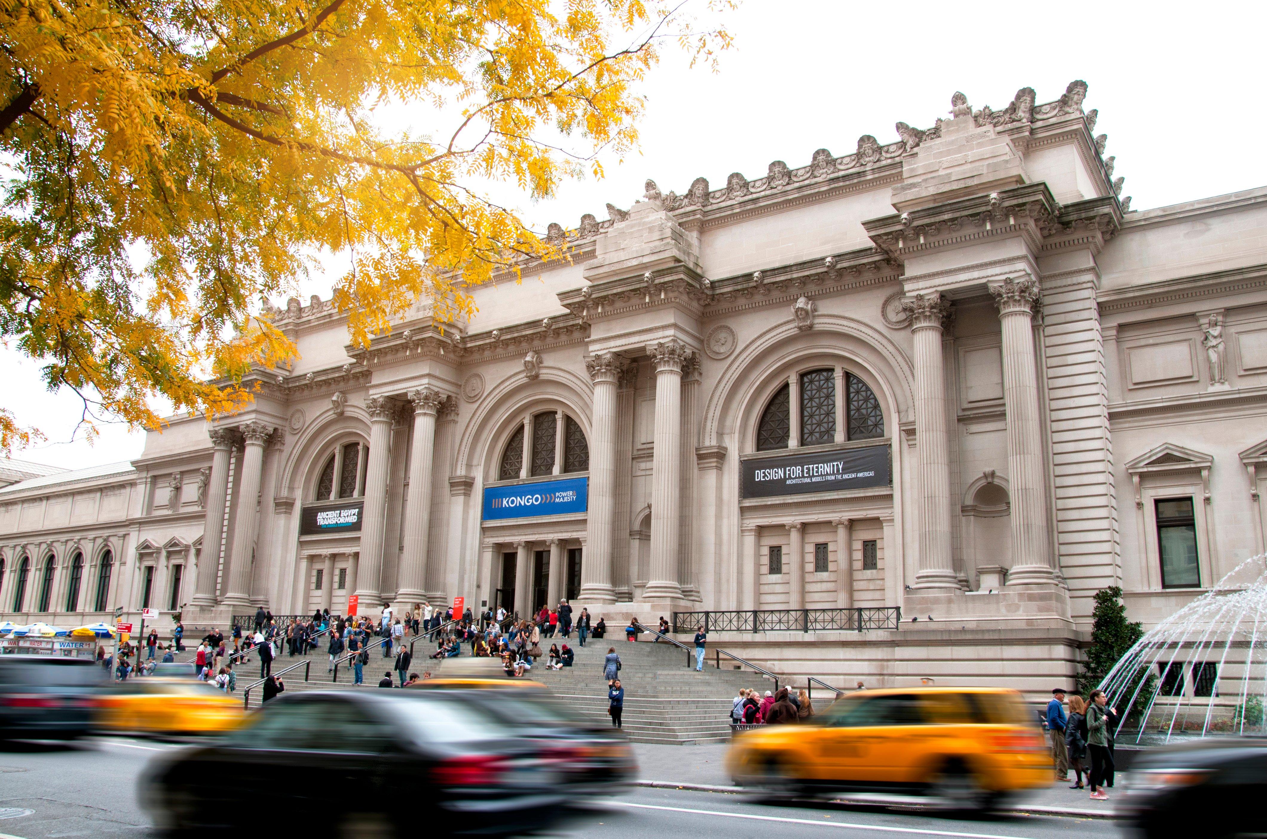 Entrada al Museo Metropolitano de Arte de Nueva York con taxis pasando por la calle