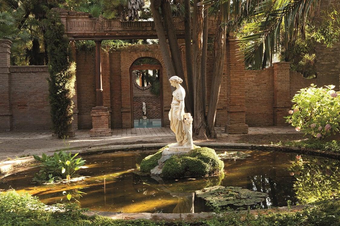 Parque con escultura en el Hotel Casa Real de Viña Santa Rita