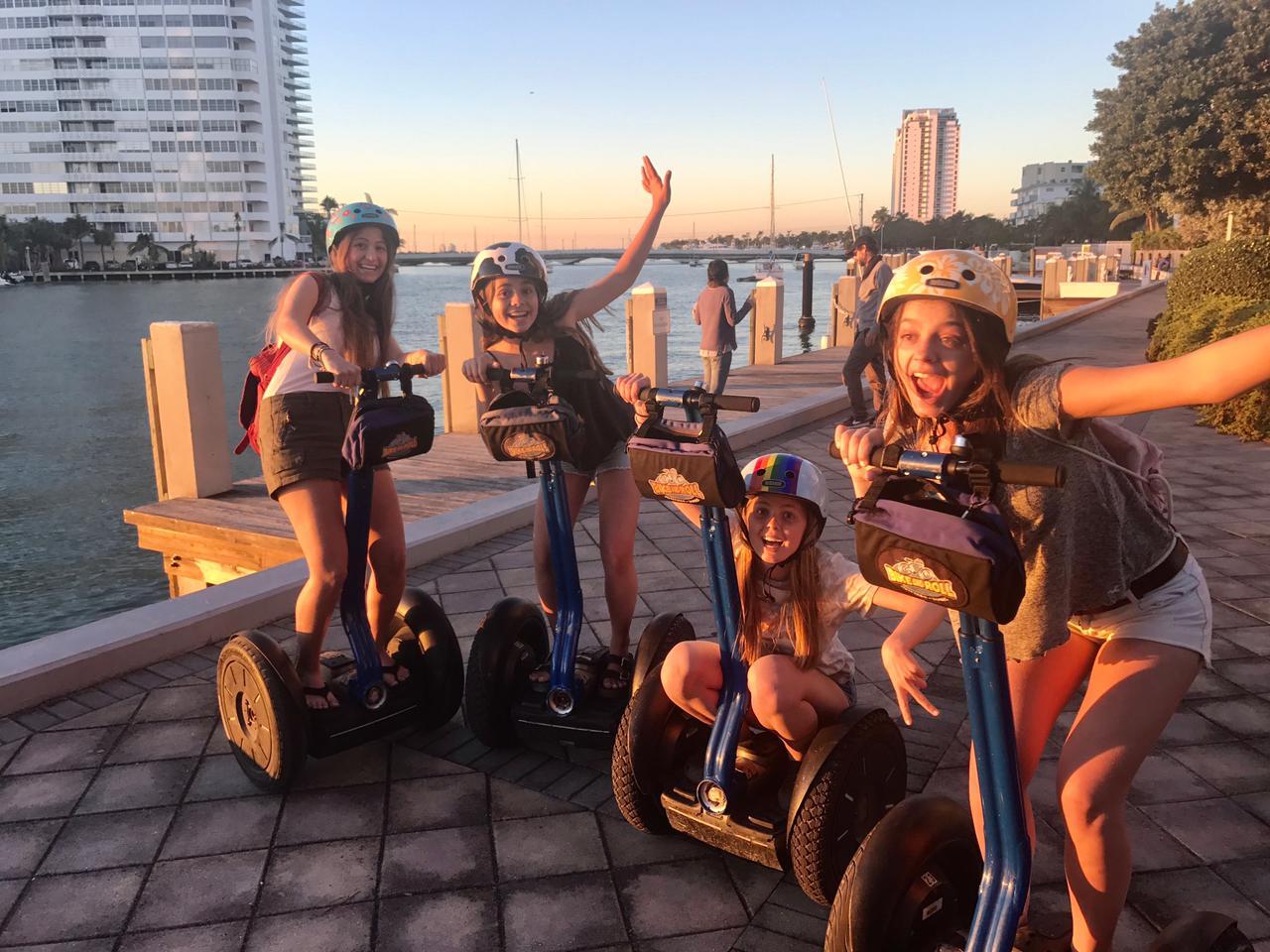 Cuatro mujeres paseando en Segway en Miami