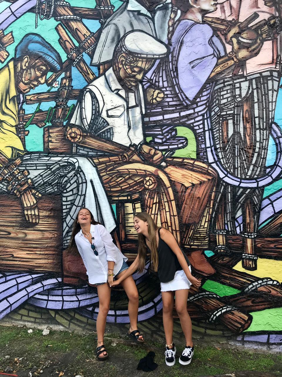 Dos mujeres en la Pequeña Habana de Miami