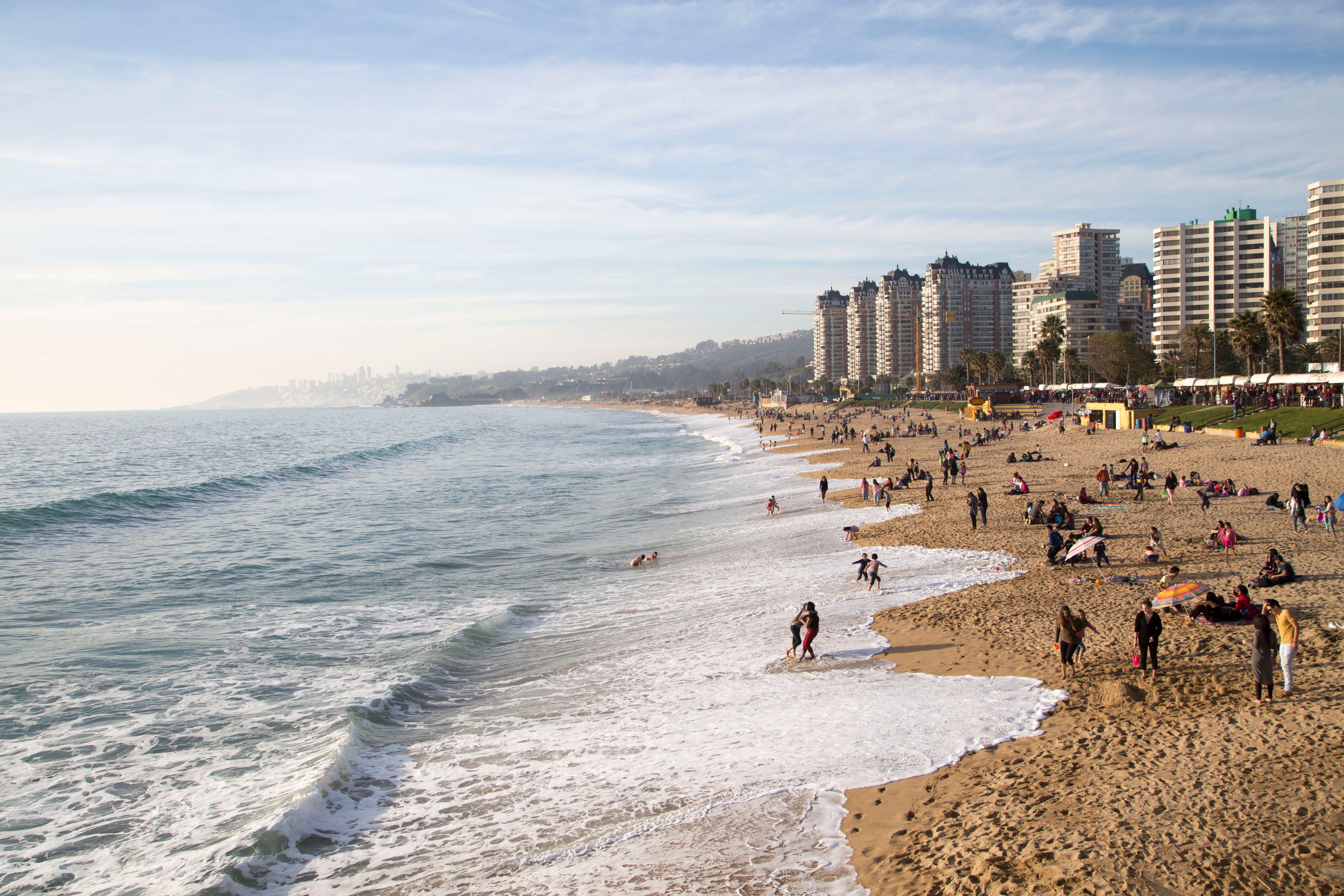 Playa  de Viña del Mar con bañistas