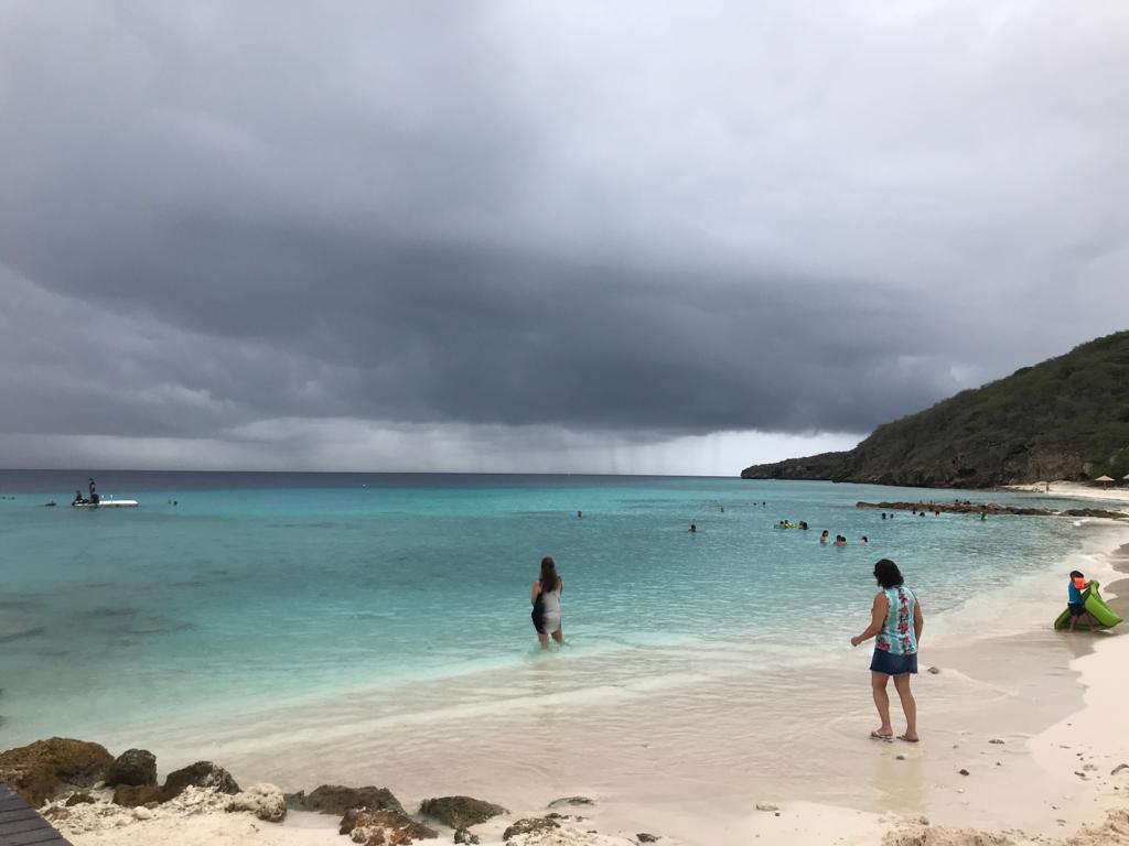 Playa Cas Abao en Curazao con personas en la orilla