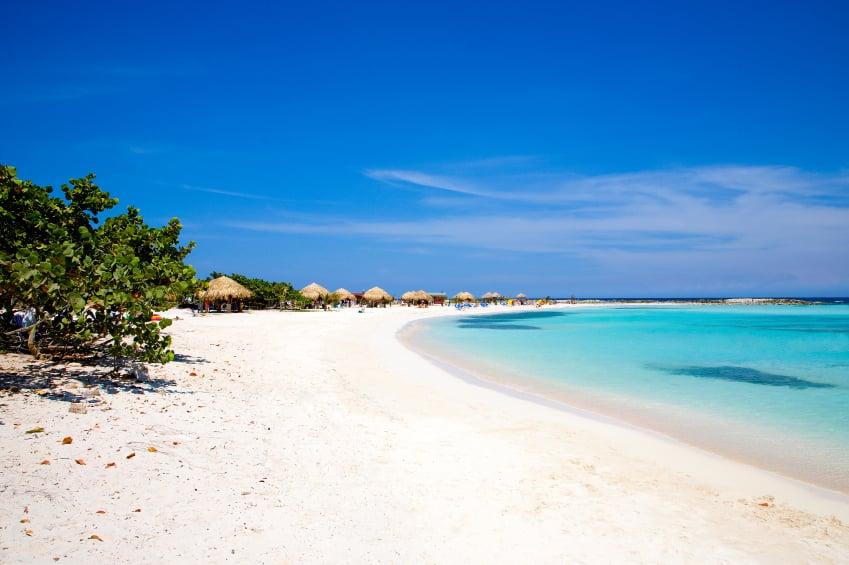 Playa con arena blanca y mar calipso en Aruba