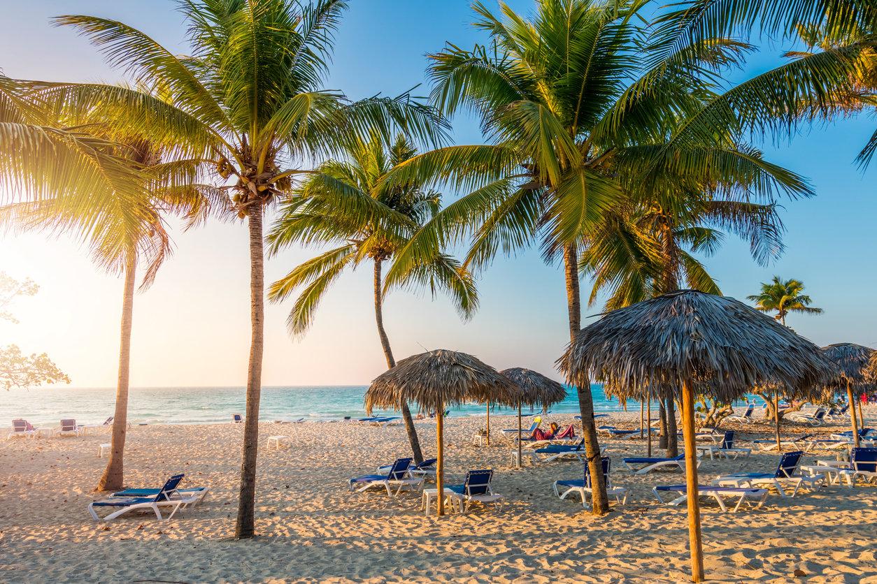 Playa de Varadero en Cuba con palmeras y luz suave