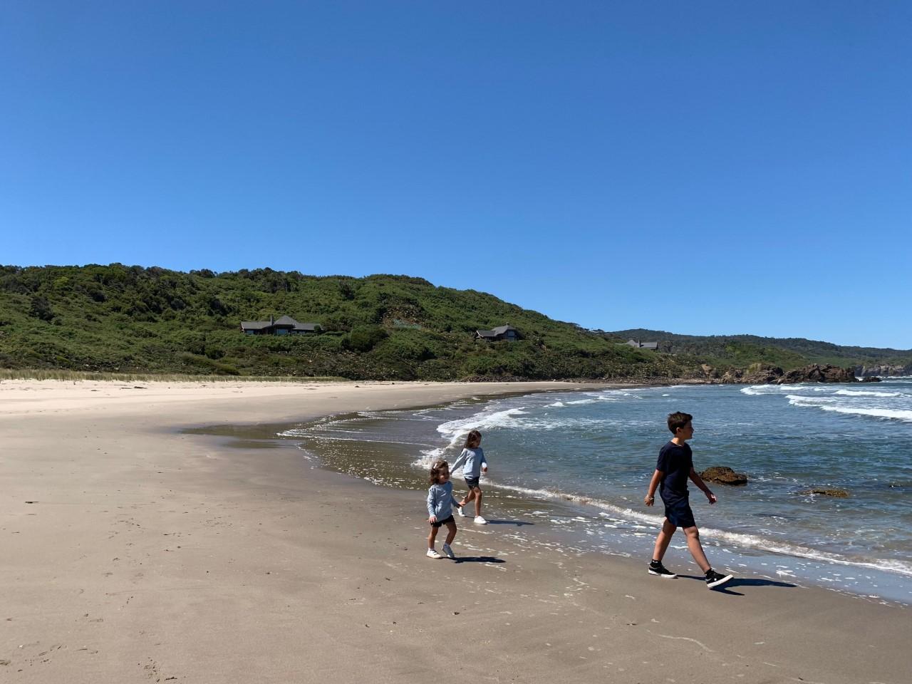 Tres niños caminando por la orilla de la paya del Hotel Mari Mari