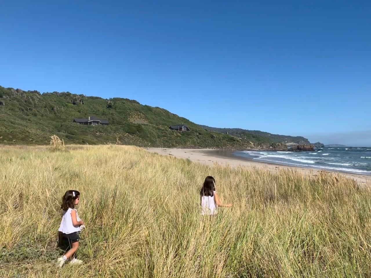 Playa del Hotel Mari Mari y dos niñas caminando entre plantas