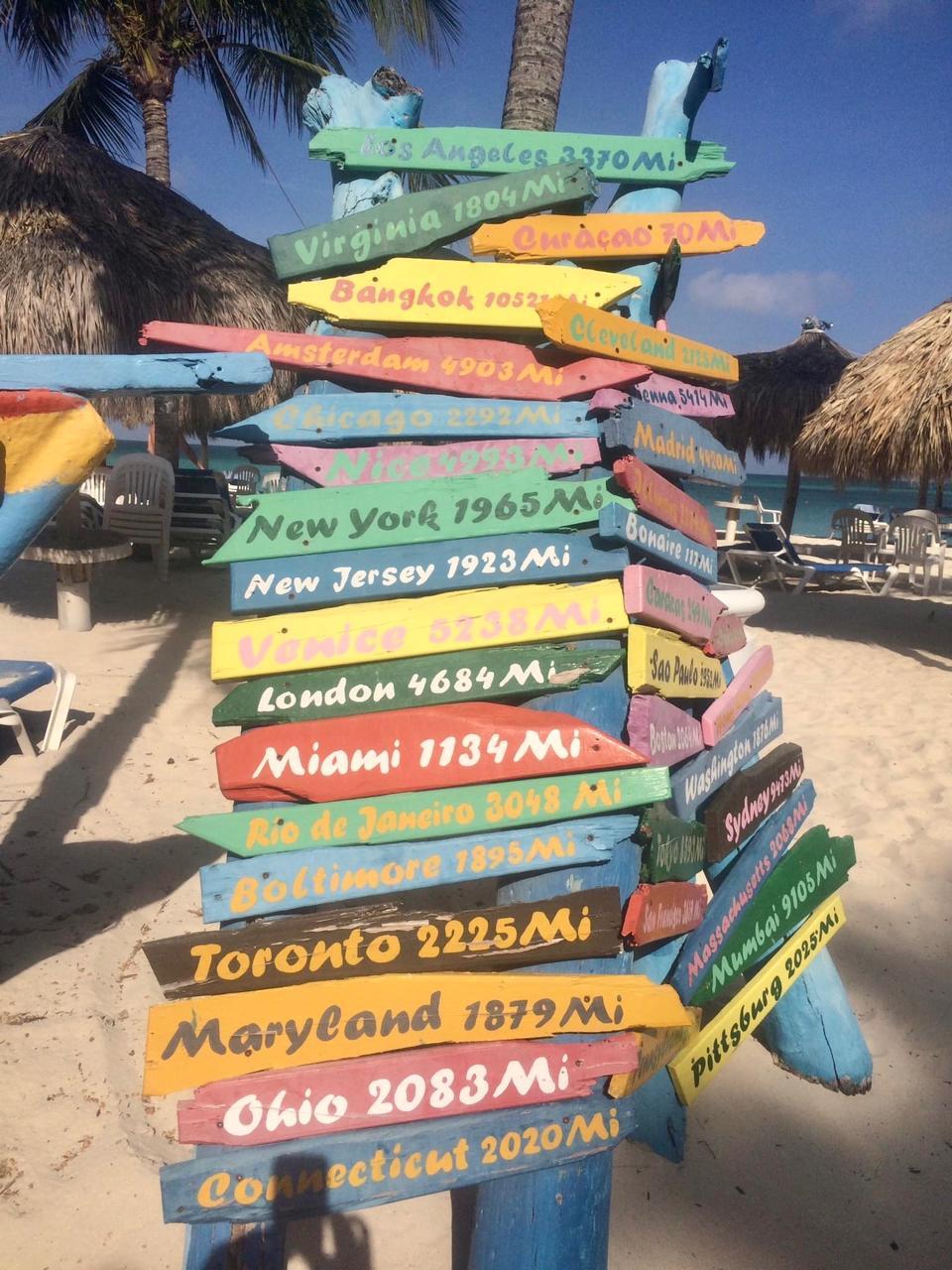 Letrero colorido en Playa en Aruba