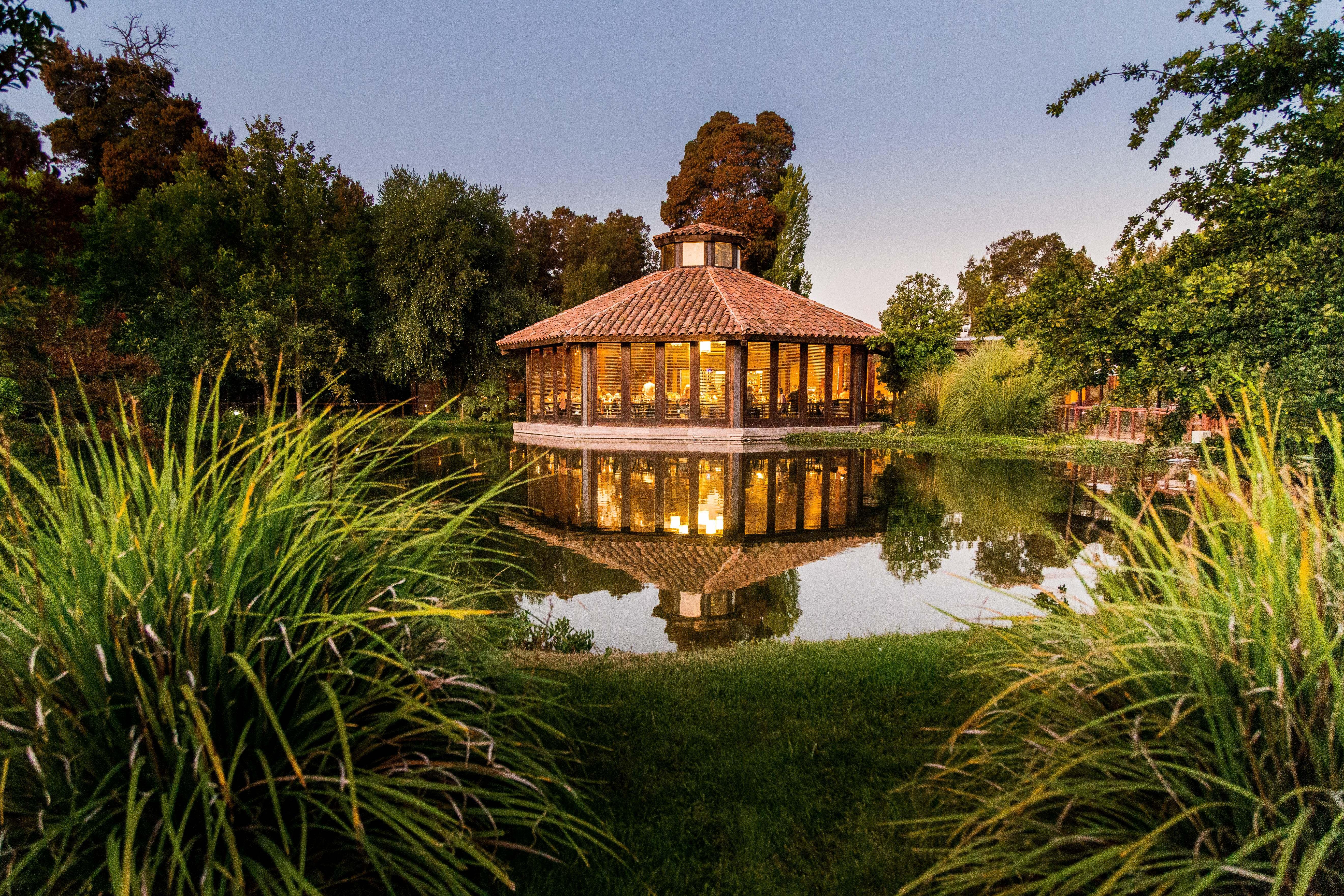 Restaurante Equilibrio en Viña Matetic con vista a la laguna y naturaleza