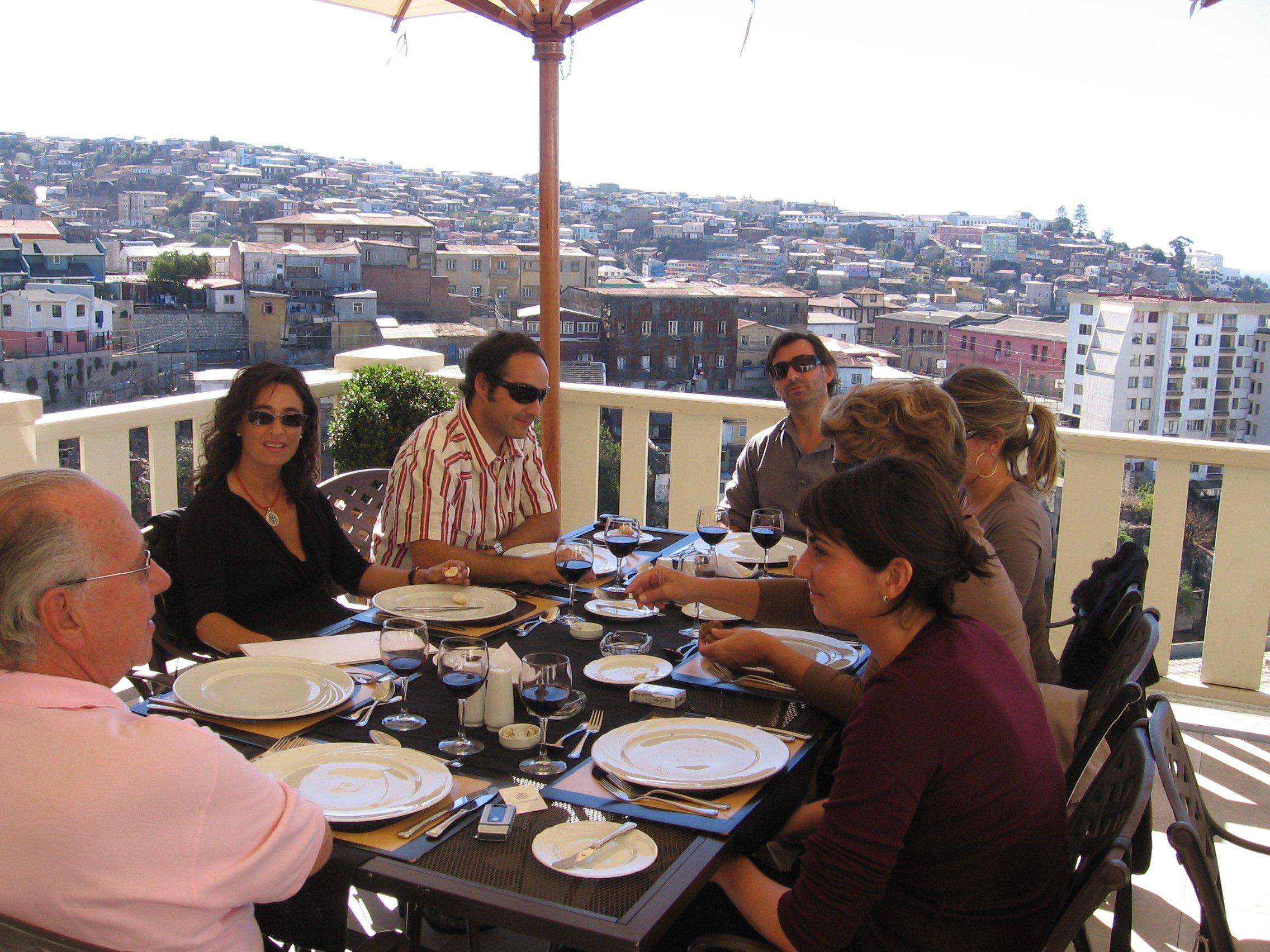 Grupo almorzando en Restaurante Maralegre del Hotel Casa Higueras en Valparaíso