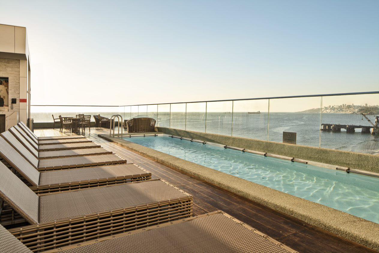 Rooftop y piscina del Hotel Pullman Viña del Mar