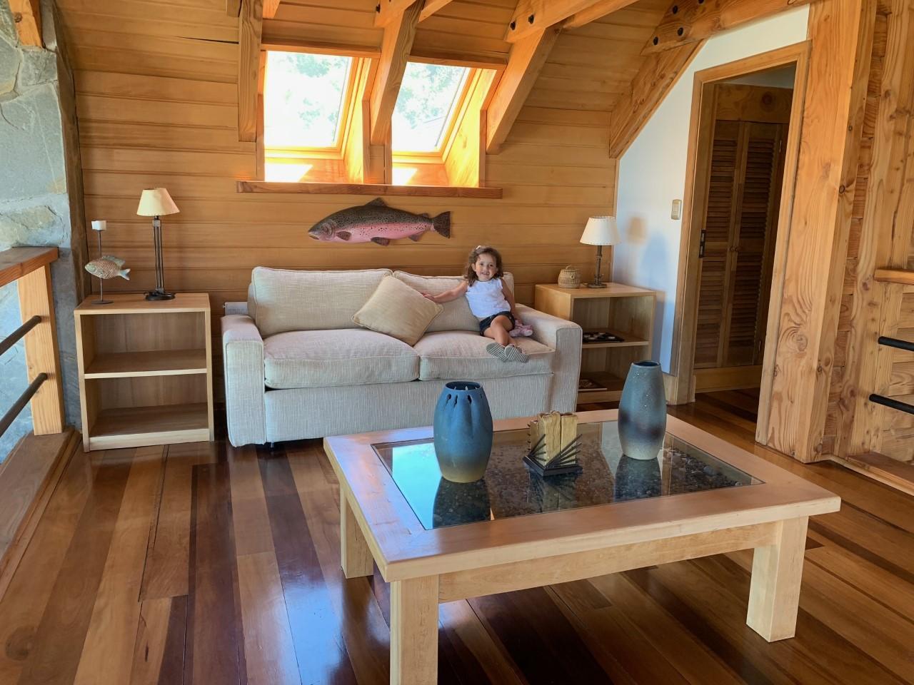 Sala de estar del Hotel Mari Mari con una niña sentada en un sillón