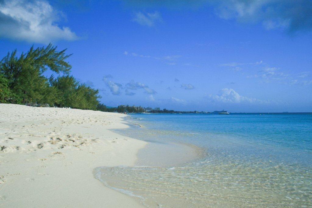 Playa Seven Mile Beach sin gente en Islas Caimán