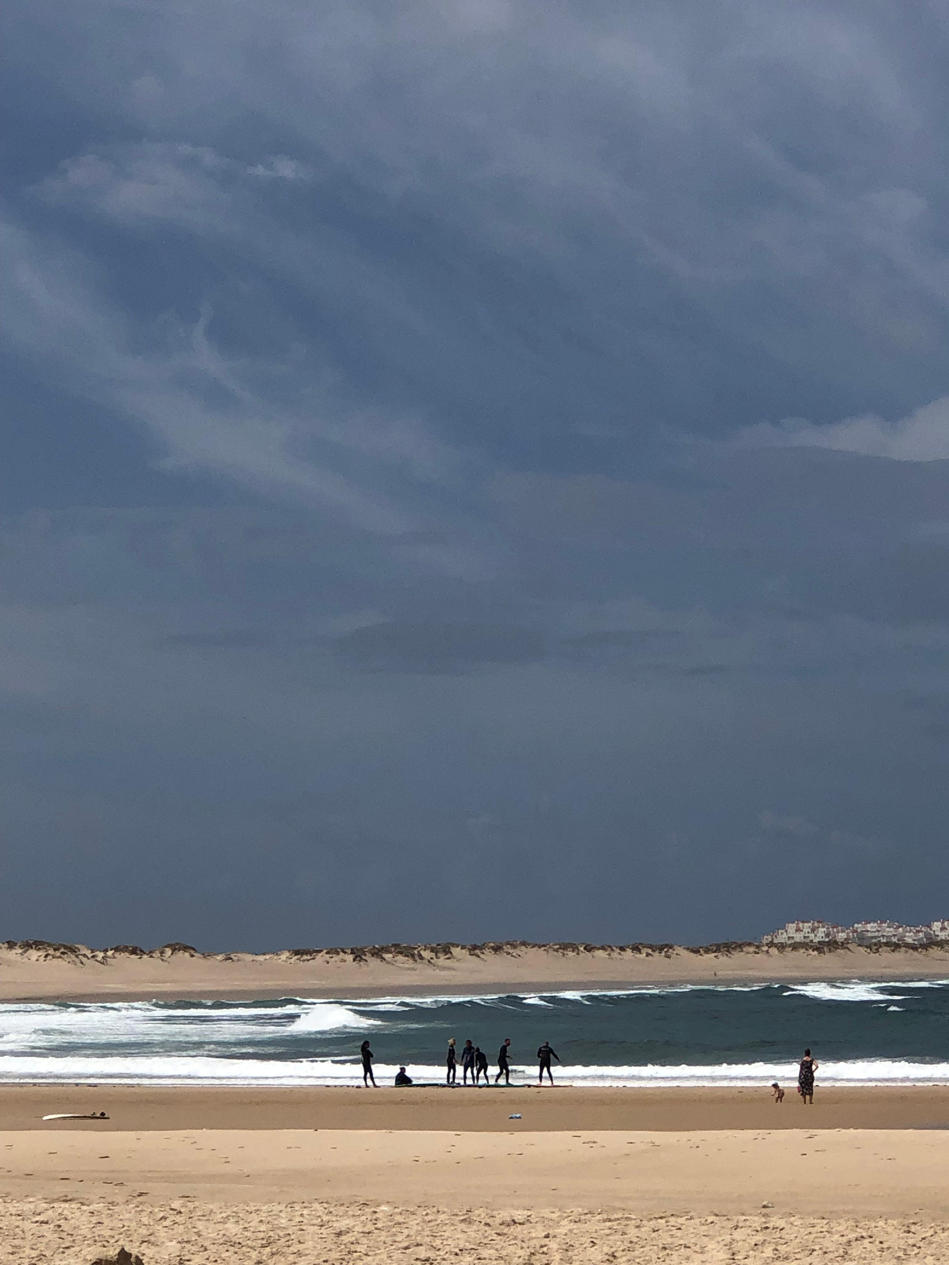 Surfistas en las playas de Santa Cruz, Portugal