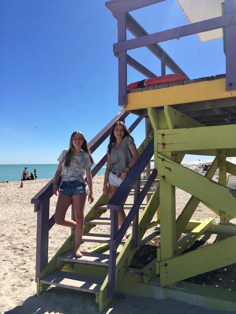 Colorida torre de salvavidas en las playas de Miami
