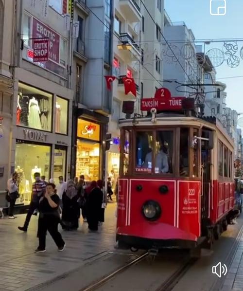 Tranvía que recorre la Avenida Istiklal hasta la Plaza Taksim en Estambul, Turquía 2