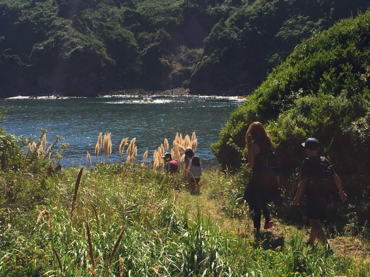 Trekking en Hotel Mari Mari con una familia caminando entre naturaleza