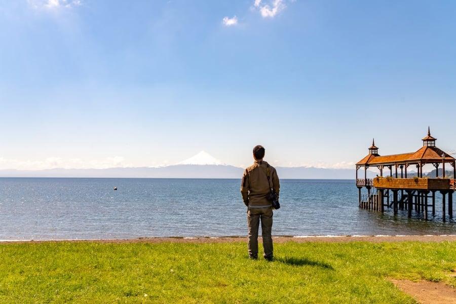 Mirando-el-volcán-Osorno-vista-Lakeshore-en-Frutillar-región-de-los-lagos-Chile-1024x683