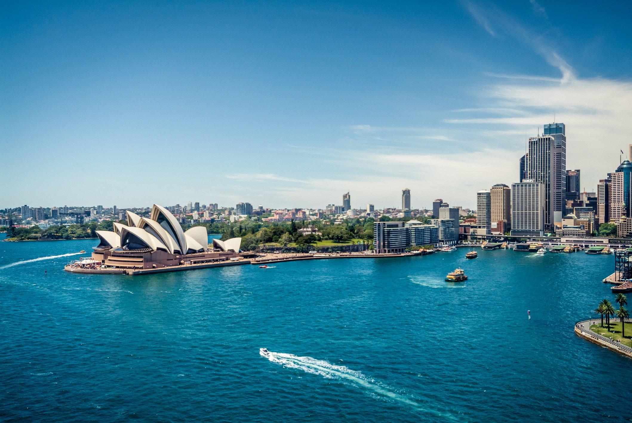 Vista aérea de Sídney, Australia, con Opera House y mar
