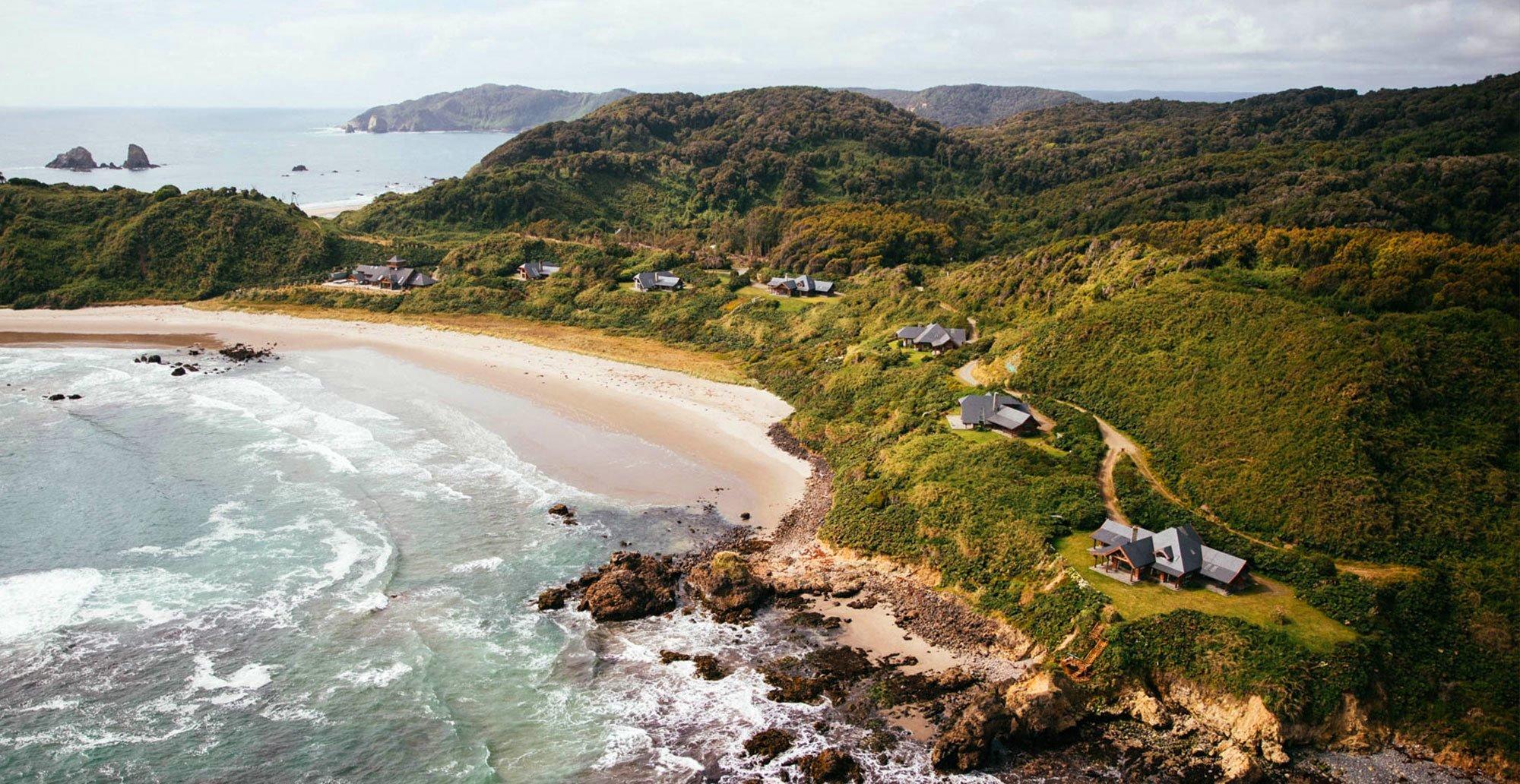 Vista aérea del Hotel Mari Mari y sus seis villas en medio del bosque y junto al mar