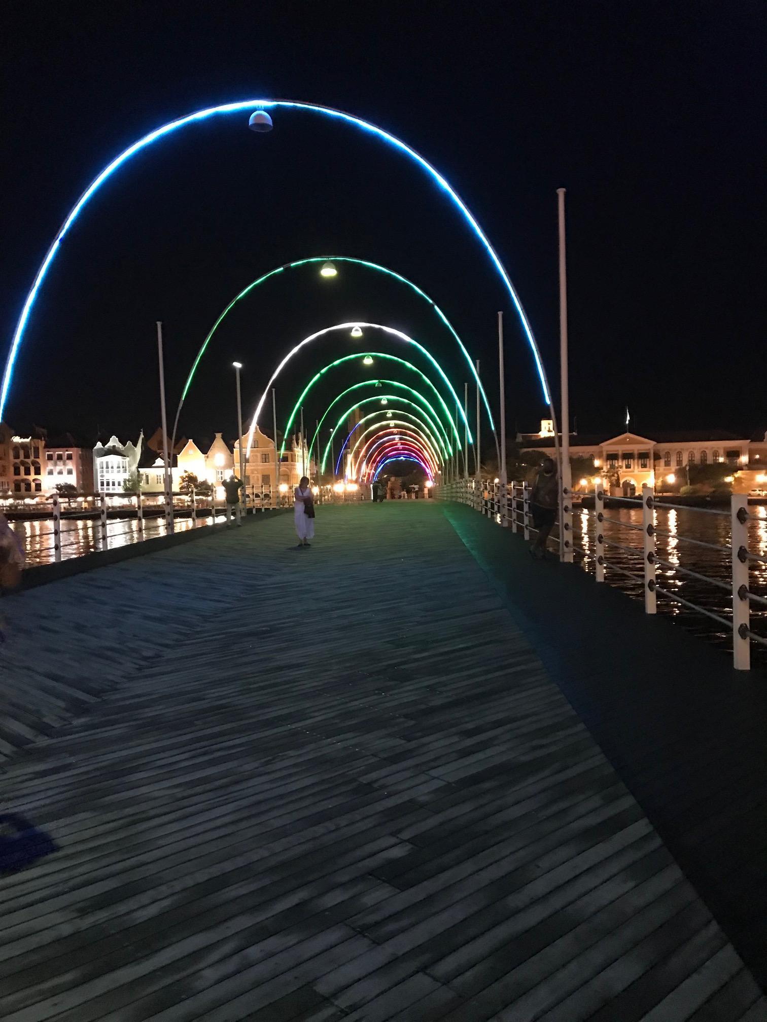 Vista de Willemstad y puente de Pontones Reina Emma en Curazao de noche con luces