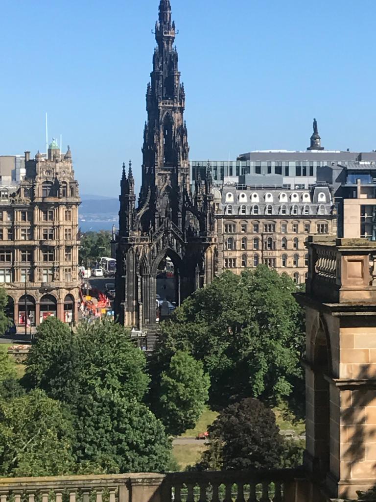 Vista del Monumento a Walter Scott en Edimburgo, Escocia