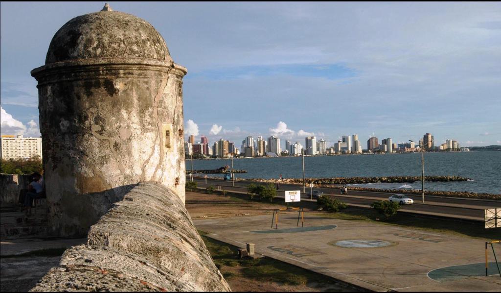 Vista hacia Boca Grande desde la Ciudad Amurallada en Cartagena de Indias, Colombia