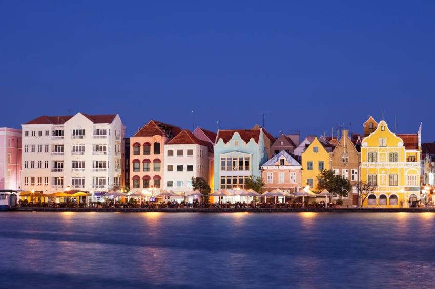 Willemstad, capital de Curazao, con luces de noche