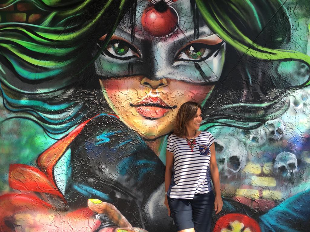 Mujer en Wynwood Walls en Miami frente a un grafiti