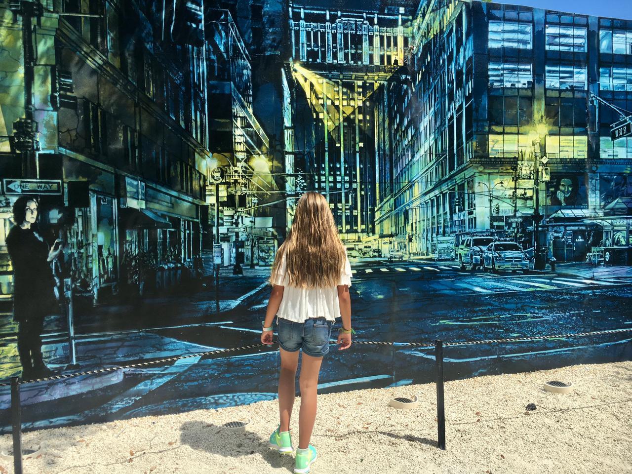 Mujer de espaldas a un graffiti en Wynwood Walls en Miami