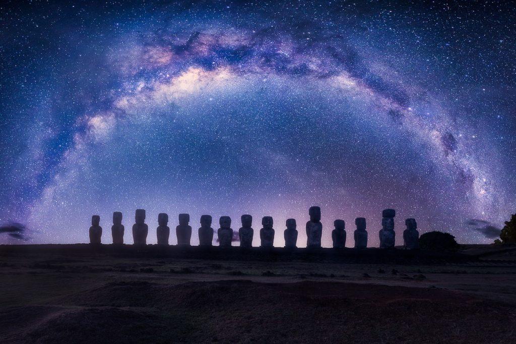 Ahu Tongariki bajo la Vía Láctea en Isla de Pascua