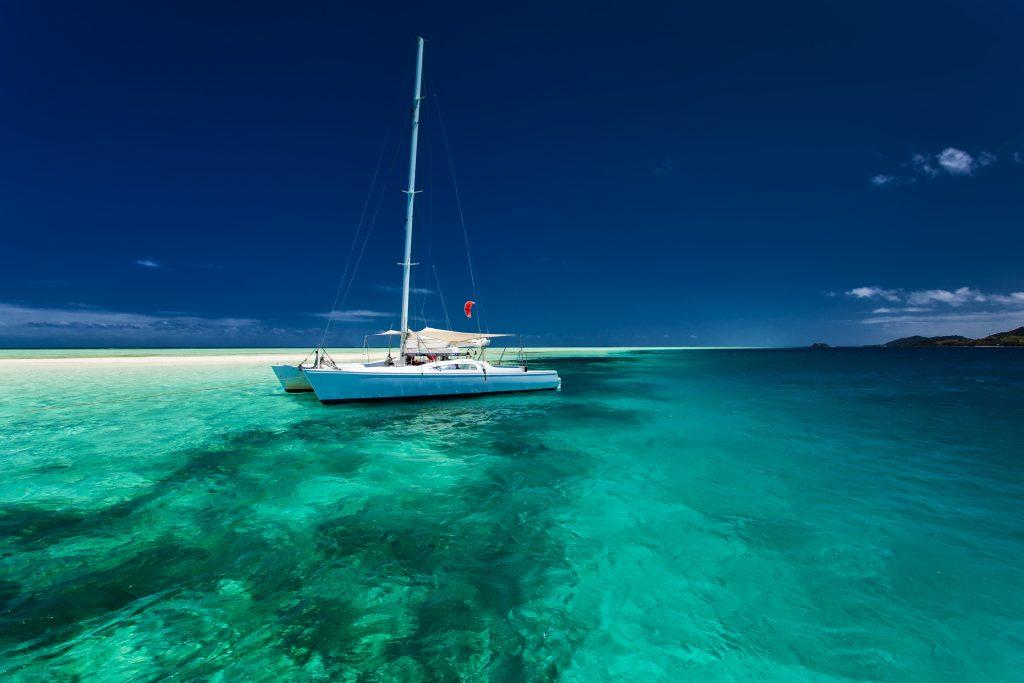 Catamarán navegando en la Polinesia Francesa