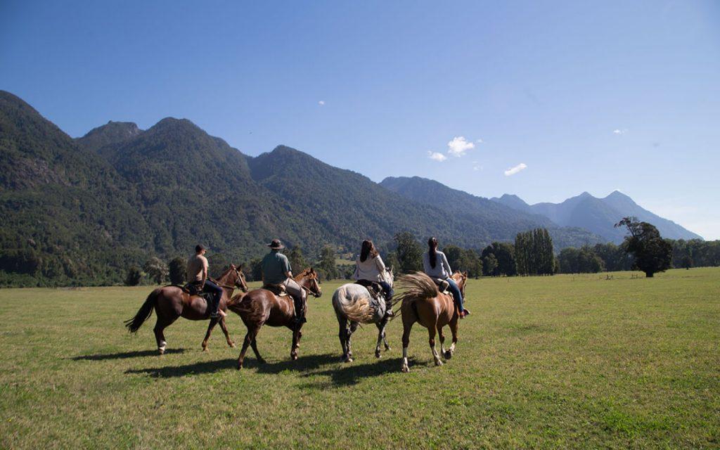 Grupo cabalgando